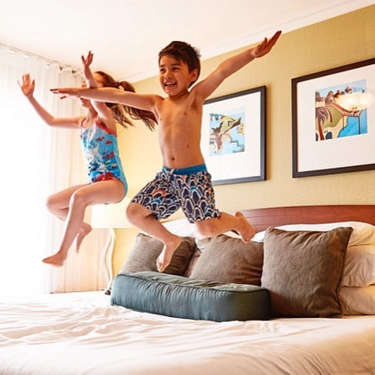 Flying lessons brought to you by @surfsandresort. #surfsand #jumpingonthebed #familyfun #cannonbeach #travelingwithkids #familytravel #hotel #oregoncoast #thepeoplescoast #traveloregon